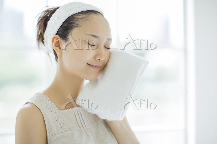 洗顔する日本人の若い女性