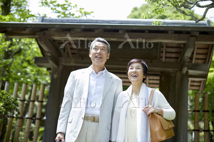 旅行をする日本人シニア夫婦