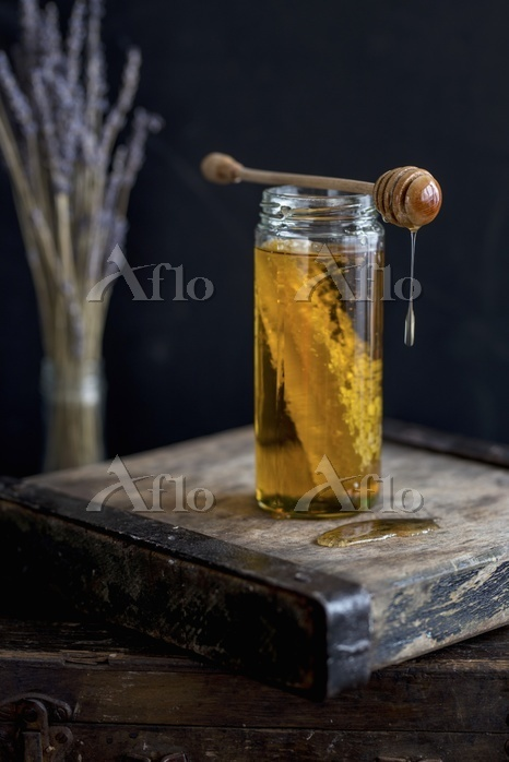A jar of honey with honeycomb ・・・
