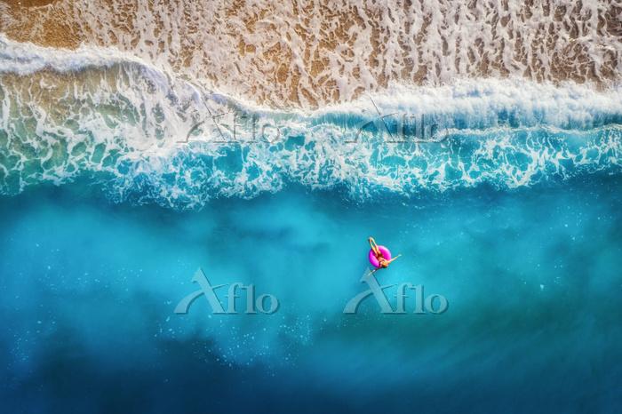 トルコ ビーチで海に浮かぶ女性 海