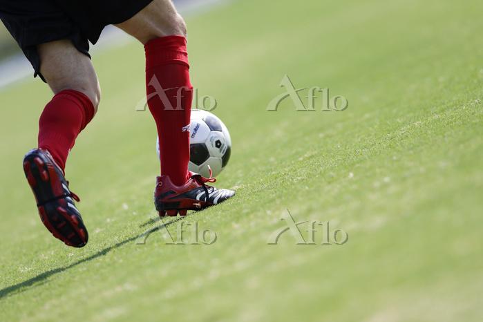 サッカーボールとサッカー選手の足元