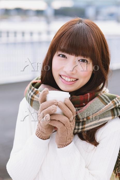 カップを持つ日本人女性