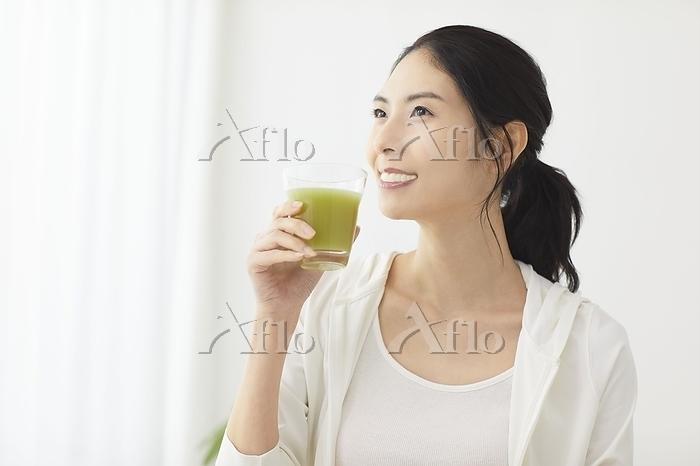 グリーンスムージーを飲む日本人女性