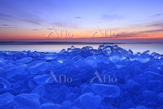 北海道 夜明の十勝川河口の海岸に打ち寄せられた氷の塊