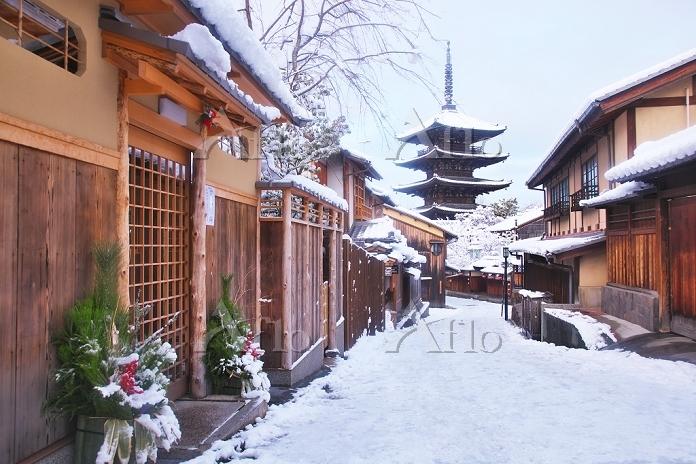京都府 雪の八坂の塔と家並