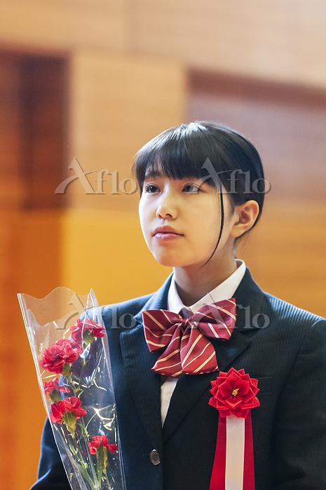 卒業式をする女子学生