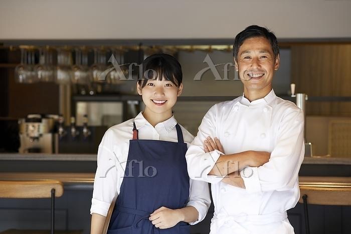 笑顔のシェフと店員