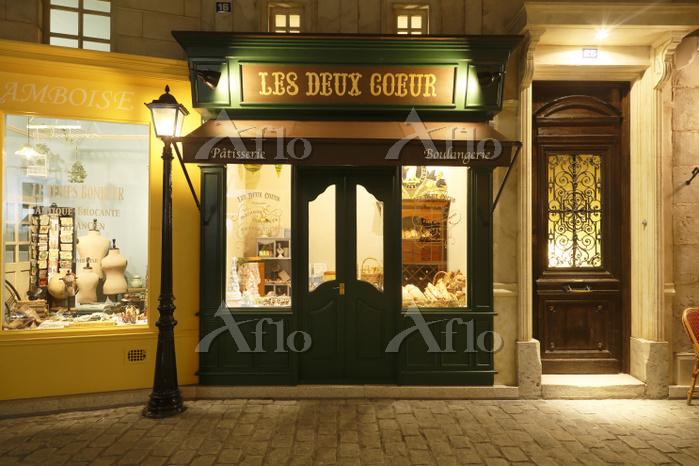 おしゃれなヨーロッパイメージの店舗と石畳