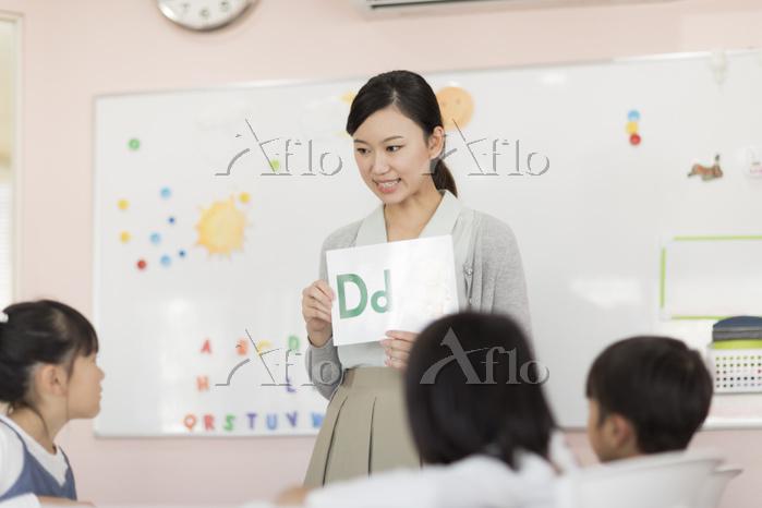 教室で授業を受ける日本人の子供
