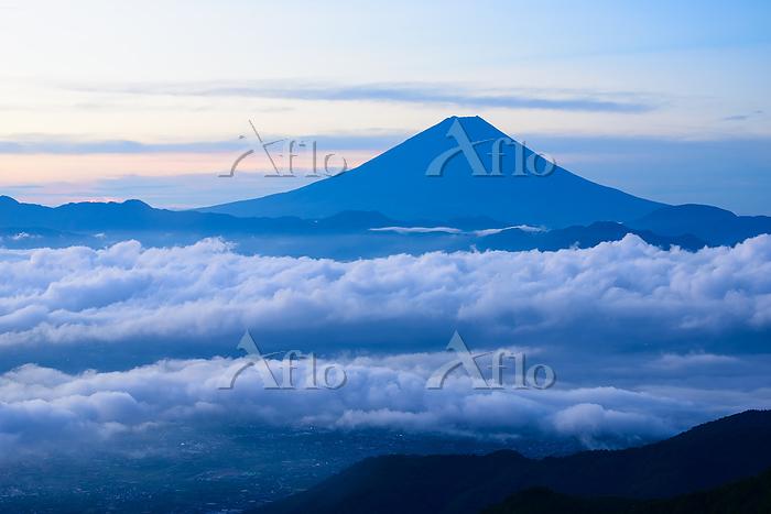山梨県 雲海越しに望む富士山