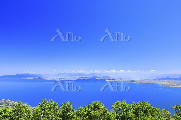 滋賀県 初夏の琵琶湖と青空