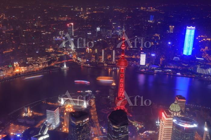 上海中心の展望室から東方明珠の夜景