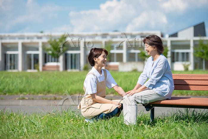 シニア女性と話をする介護士の女性
