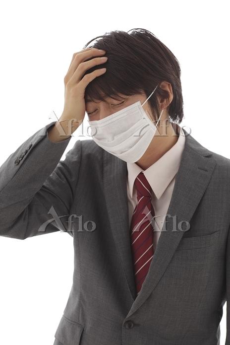 風邪を引いたマスク姿の男性