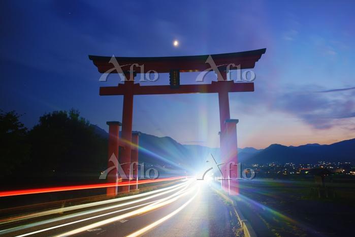 長野県 上田市 夕暮れの生島足島神社の大鳥居と月と自動車の光・・・