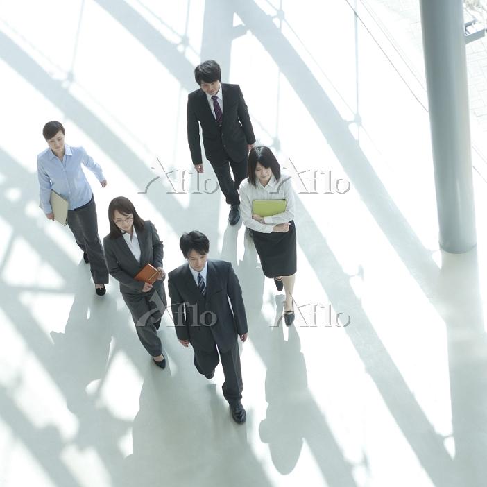 オフィスを歩くビジネスパーソン 俯瞰