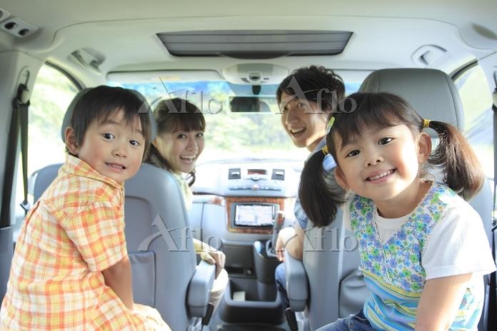 休日にドライブを楽しむ日本人家族