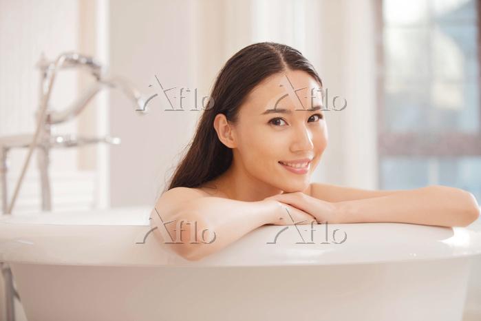 バスルームでリラックスする女性