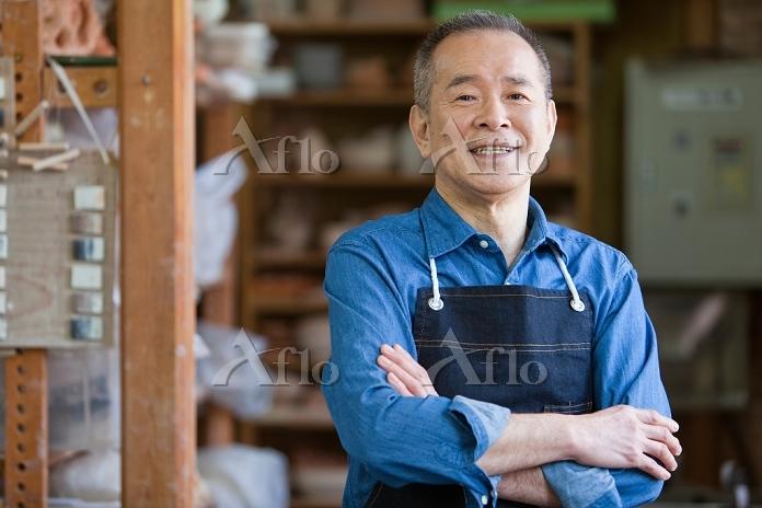 腕組みをするシニアの日本人男性