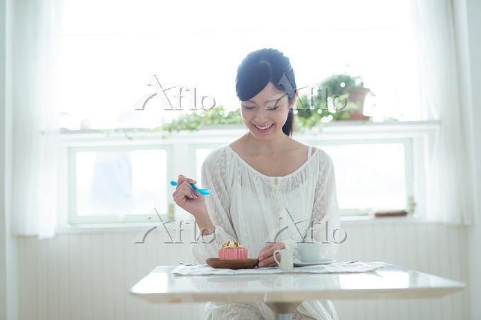 スイーツを食べる日本人女性