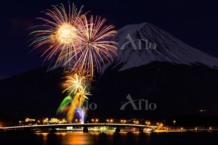 山梨県 富士山と河口湖冬花火