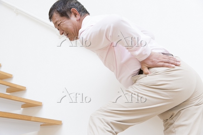 腰痛に悩むシニアの日本人男性