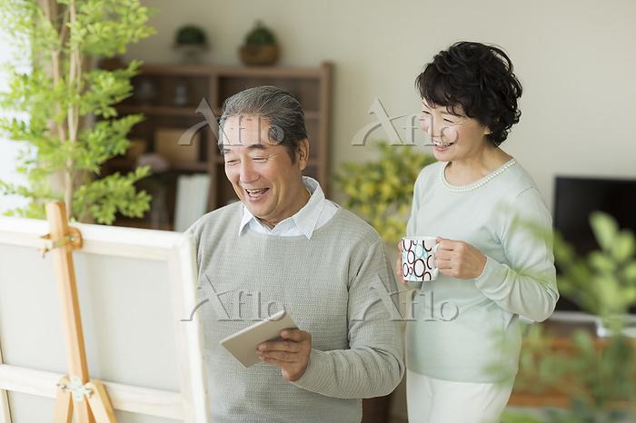 絵を描く日本人のシニア男性