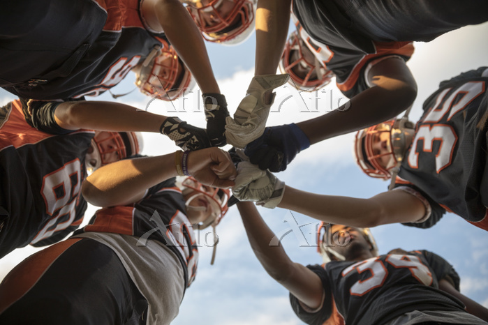 円陣を組むアメリカン・フットボール・チーム