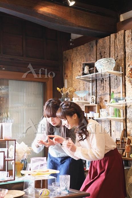 お土産を見る日本人女性