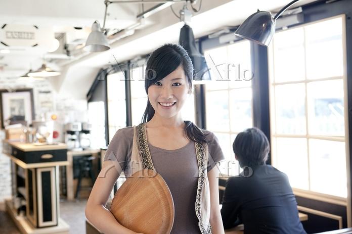 カフェで働く日本人女性
