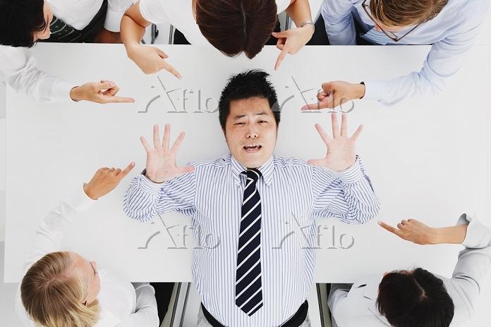 会議で責められる日本人ビジネスマン