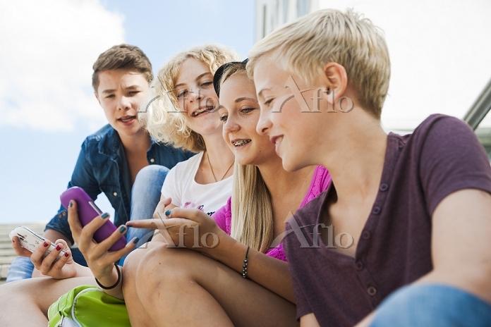 スマートフォンを使う若者グループ