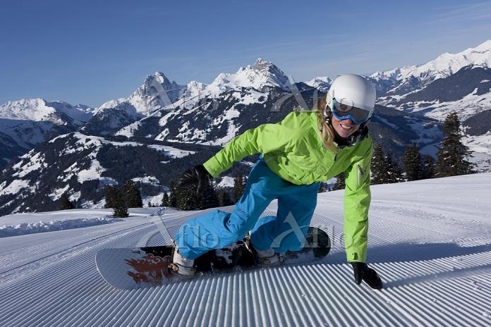 スイス スノーボードをする女性