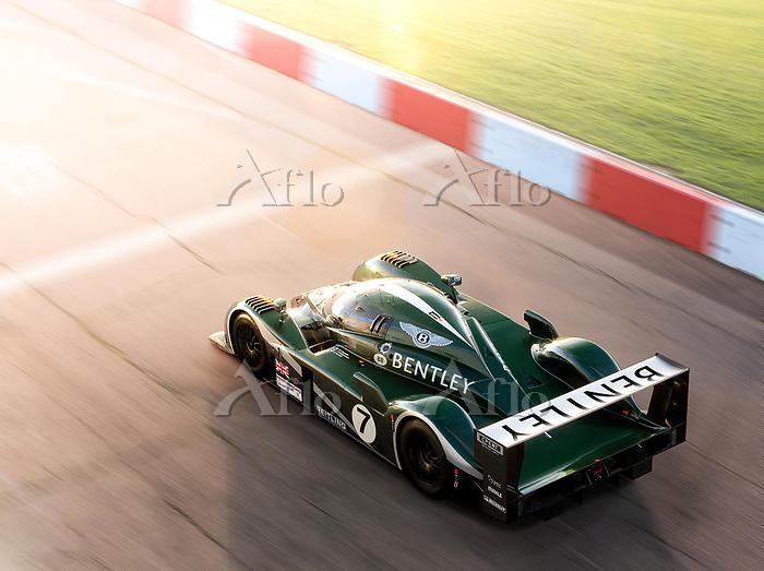 Bentley Speed 8 crossing a rac・・・