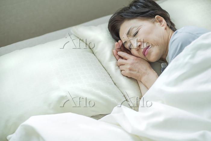就寝中の日本人のシニア女性