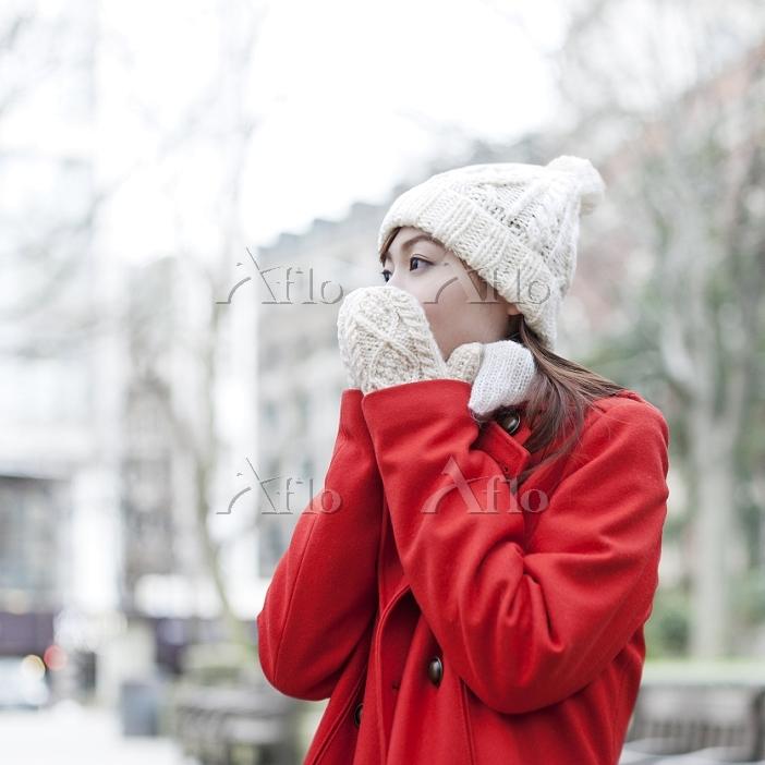 赤いコートを着た日本人女性