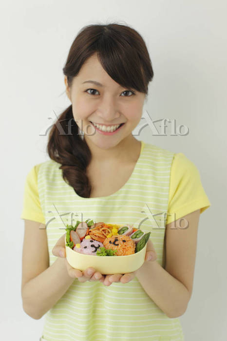 手作り弁当を持って微笑むママ