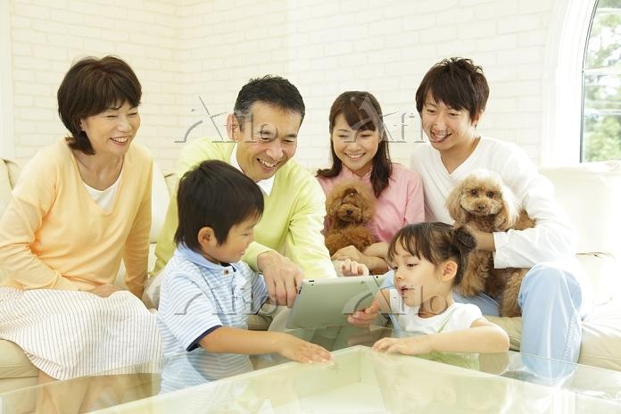 孫にiPadを習うおじいちゃんと日本人家族