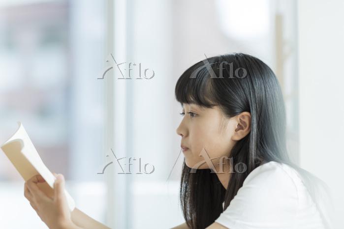 読書をする日本人の女の子