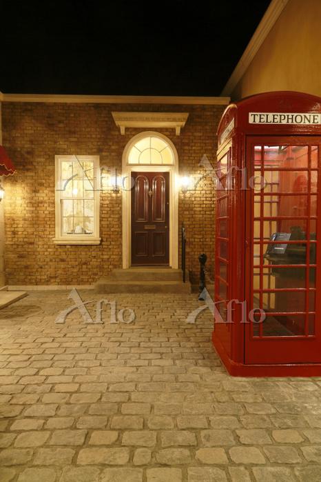 イギリスイメージのおしゃれな住宅と電話ボックス
