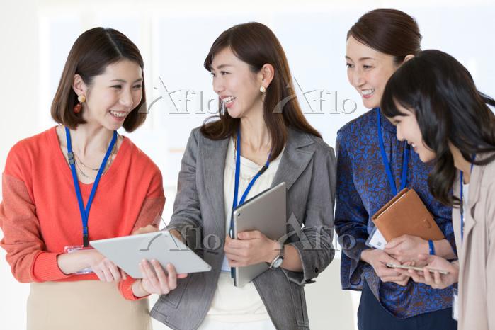 タブレットを見ている日本人ビジネスウーマン