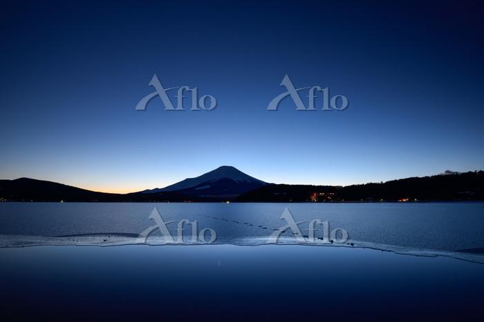 薄暮の頃の富士山