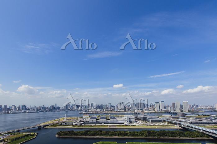 東京都 豊洲市場と晴海 芝浦方面のビル群 青空