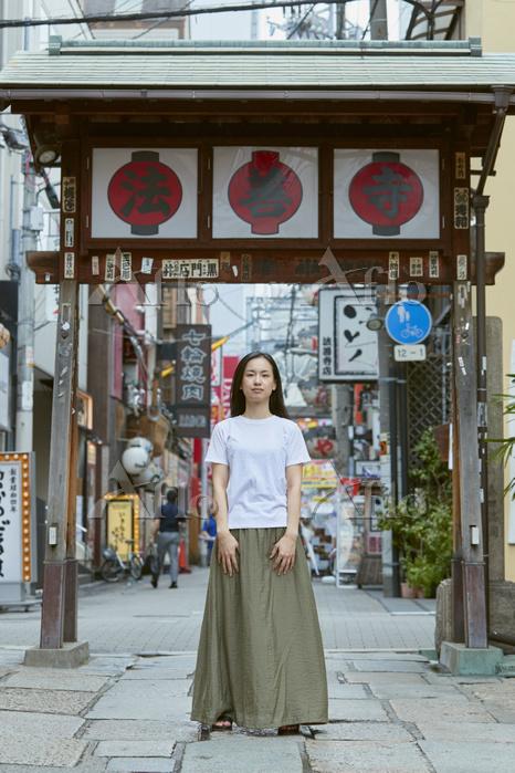 法善寺横丁を観光する女性