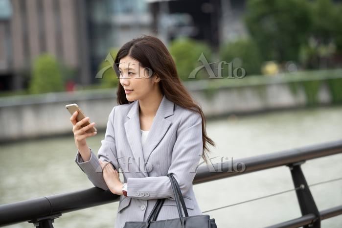 iPhoneを持つビジネスウーマン