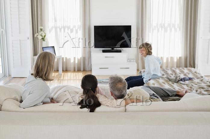 テレビ鑑賞をする外国人家族
