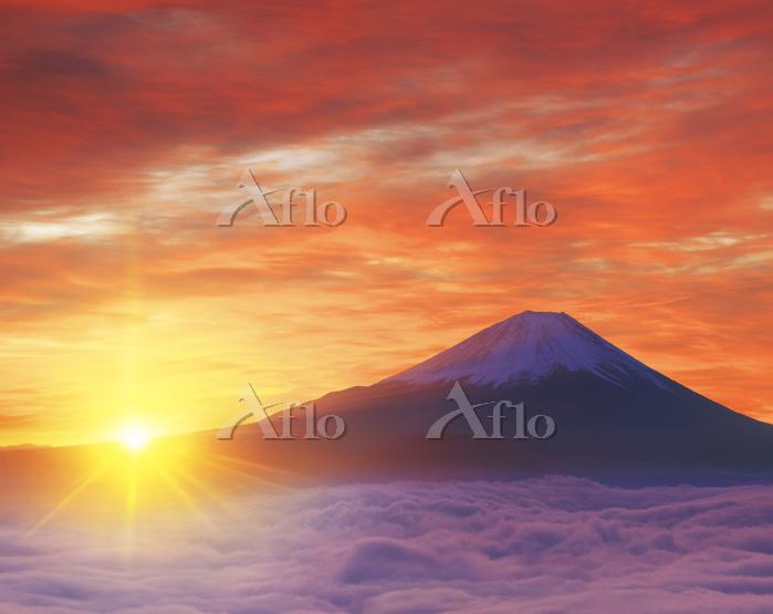 山梨県 富士川町 櫛形山平林から望む富士山と朝日と雲海