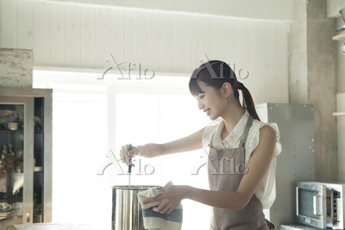 料理をする20代日本人女性
