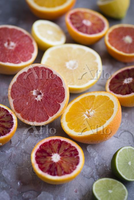 Assorted citrus fruits cut in ・・・