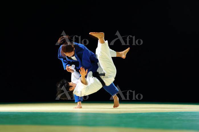 乱取りをする女子柔道選手